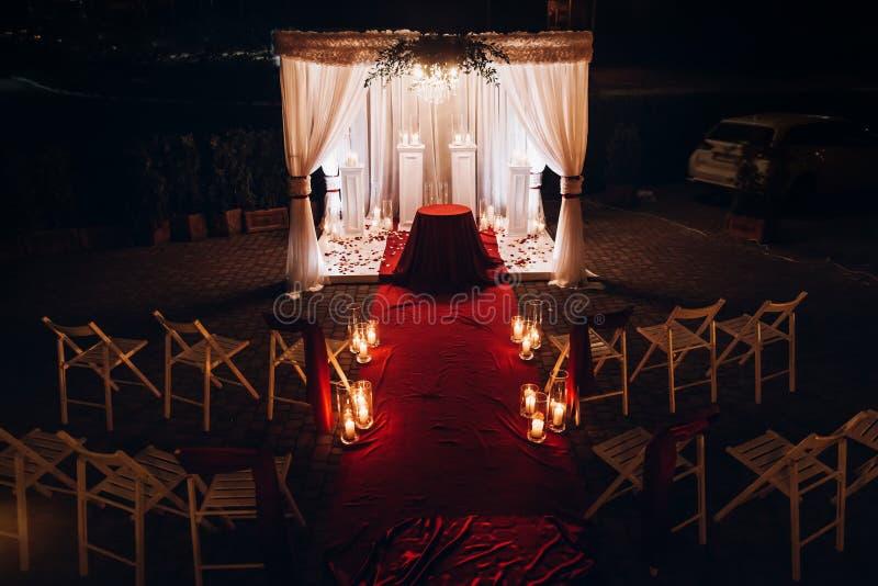 Bas-côté de lieu de rendez-vous de mariage avec des bougies dans les lanternes et la voûte en verre, étable image stock