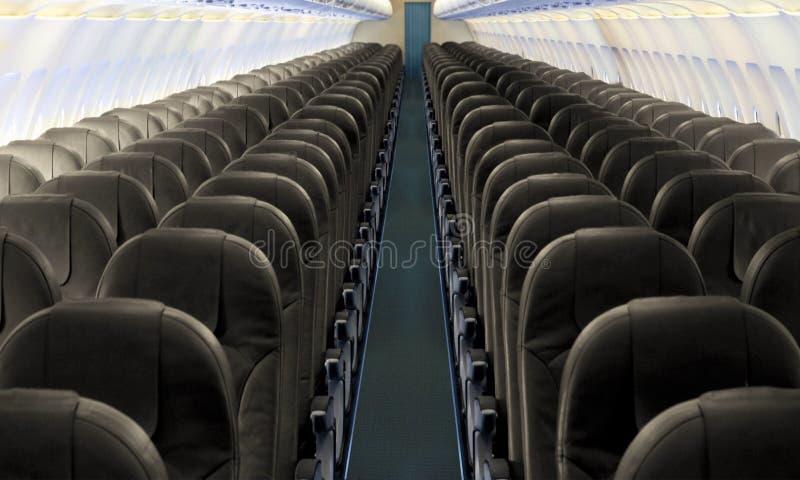 Bas-côté d'avion avec la rangée des sièges photographie stock libre de droits
