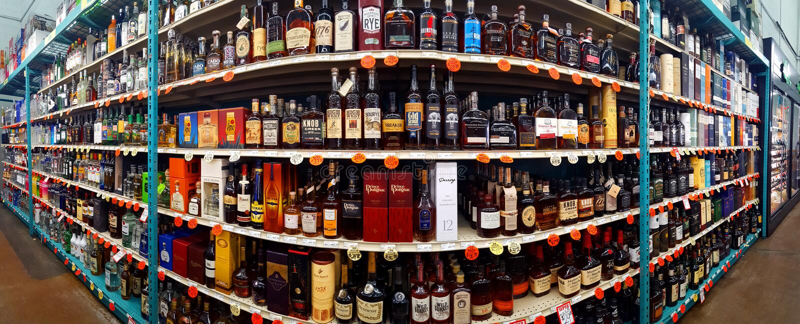 Bas-côté de spiritueux, écossais et de whiskey dans un magasin de roi de bouteille photo stock
