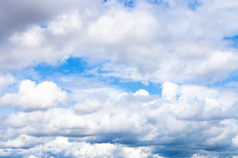 bas cumulus denses en ciel bleu le jour d'été images libres de droits