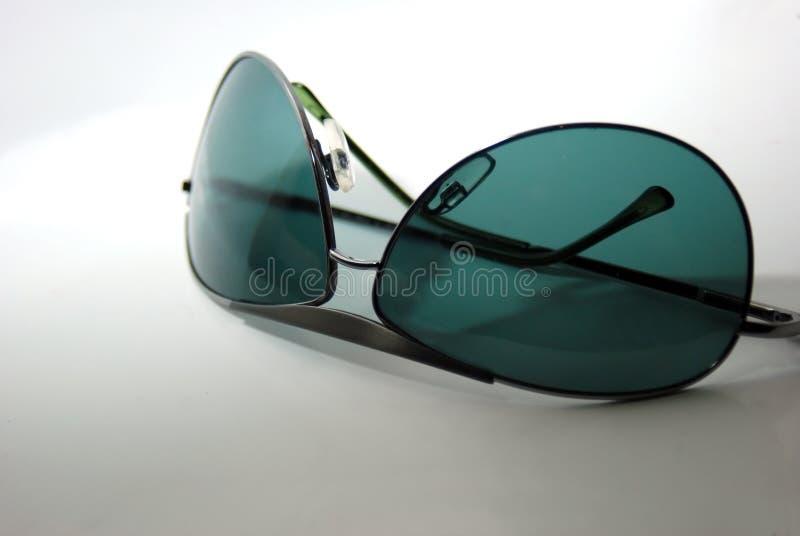 Bas de lunettes de soleil vers le haut images stock