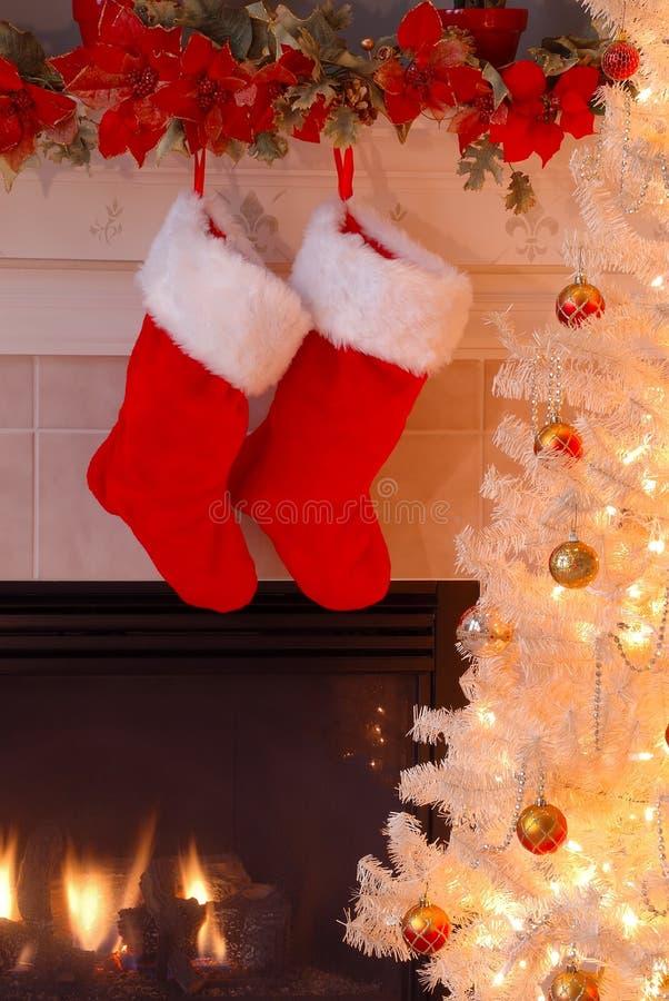 Bas de Noël par la cheminée photo stock