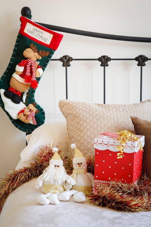 Bas de Noël sur le lit photo libre de droits