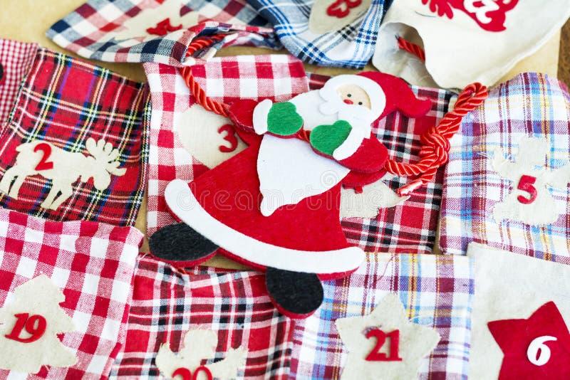 Bas de Santa Claus et de Noël pour des cadeaux - fin  photo libre de droits