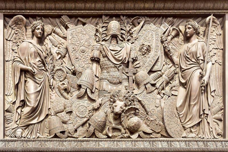 Bas (dekoraci Aleksander kolumna) przy pałac kwadratem w St Pe zdjęcia royalty free
