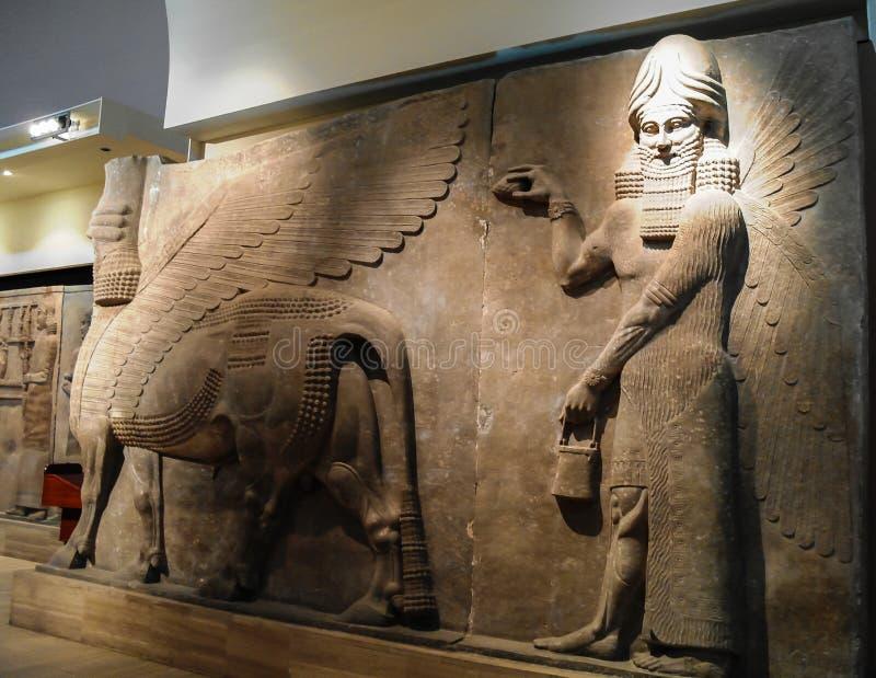Bas del lamassu con alas humano-dirigido de las estatuas del toro aka - 31-10-2011 Bagdad, Iraq imagen de archivo libre de regalías