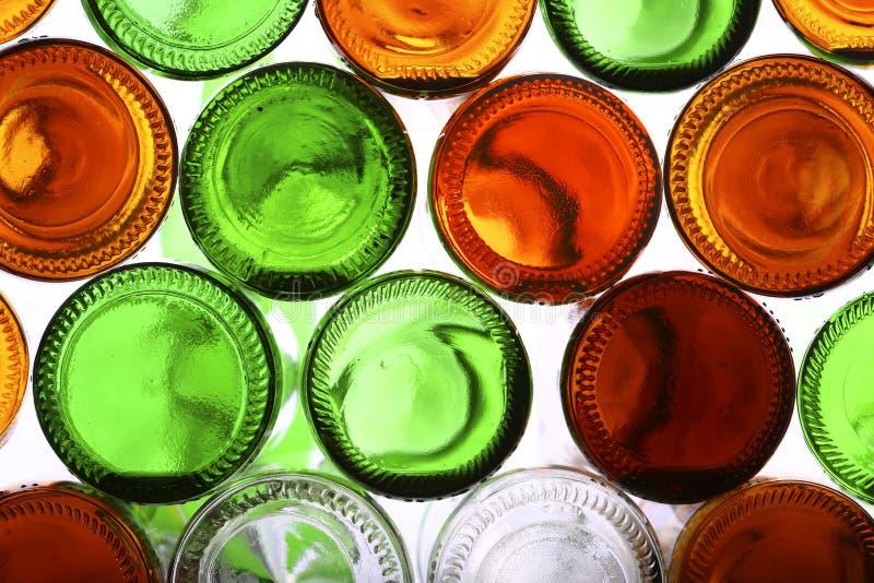 Bas des bouteilles en verre vides sur le blanc images stock
