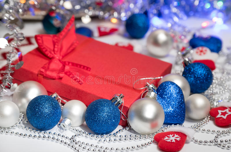 Bas et jouets de décoration de boules de Noël photo stock