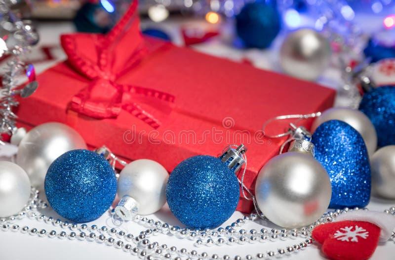 Bas et jouets de décoration de boules de Noël images stock