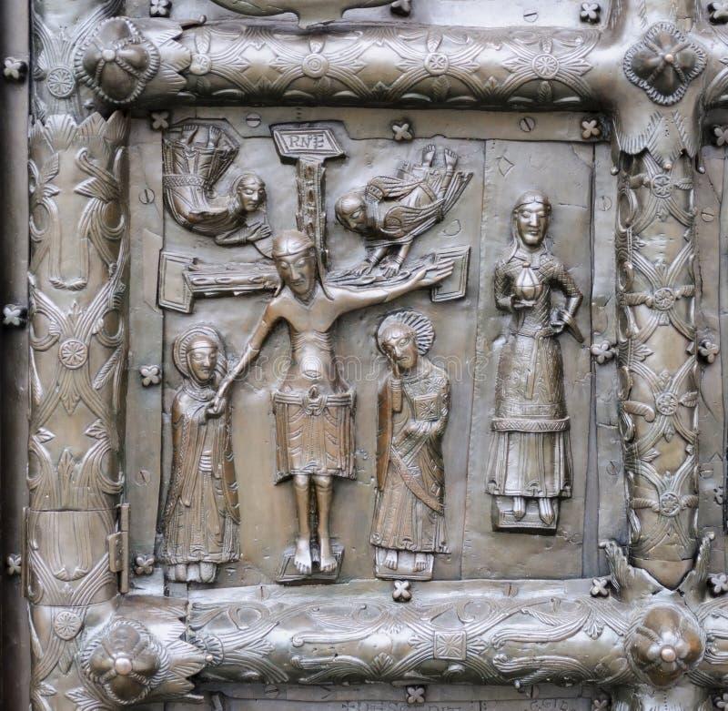 Bas-hulp met Jesus Christ op oude bronspoort in Veliky Nr royalty-vrije stock foto