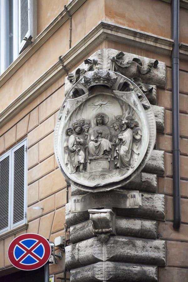 Bas-hulp op de hoek van het huis Een scène van de Bijbel Jesus Christ met de apostelen stock afbeelding