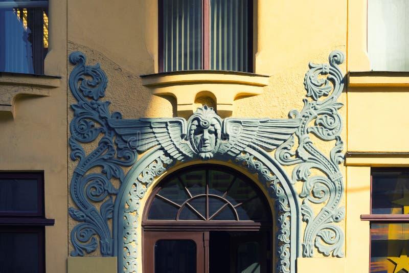 Bas-hulp over de ingang aan het Jugendstilgebouw in Riga stock afbeeldingen
