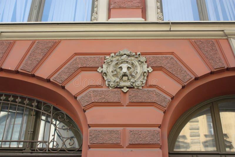 bas-hulp van het hoofd van de leeuw op de voorgevel van het gebouw in Petersburg stock afbeeldingen