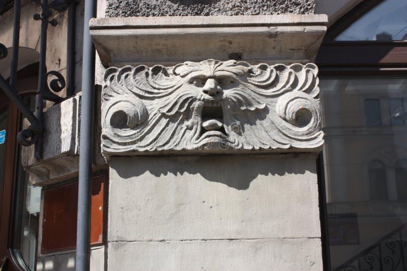 bas-hulp van het hoofd van de leeuw op de voorgevel van het gebouw in Petersburg royalty-vrije stock fotografie