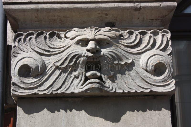 bas-hulp van het hoofd van de leeuw op de voorgevel van het gebouw in Petersburg royalty-vrije stock afbeeldingen