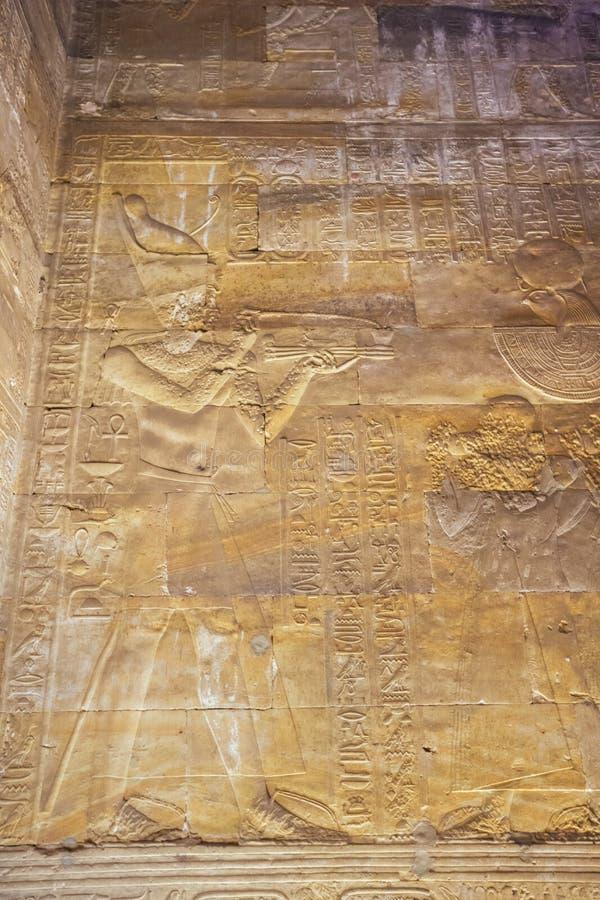 Bas l?ttnad av farao f?r Horus arkivfoton
