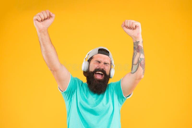 Bas laag geluid Het gadget van Hipsterhoofdtelefoons Inspirerend lied Muziekbibliotheek Voel ritme De gebaarde kerel geniet van m stock foto's