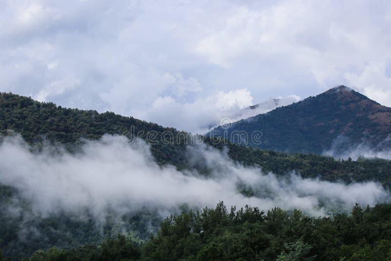Bas nuages sur des montagnes photographie stock libre de droits