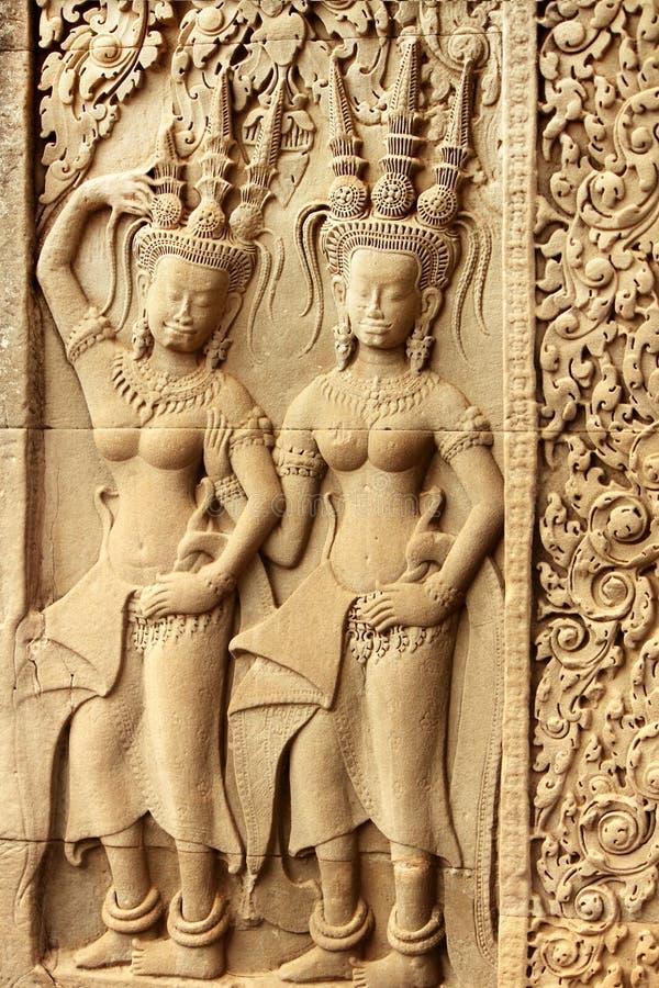 Bas releiefmodeller på historiska Angkor Wat royaltyfria foton