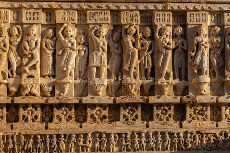 Bas-relevo antigo com o Apsaras em Jagdish Temple antigo famoso em Udaipur, Rajasthan, Índia imagens de stock