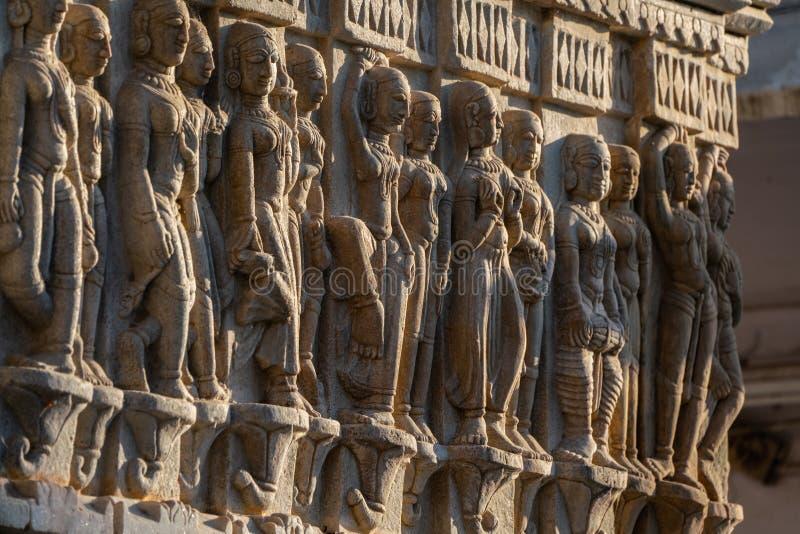 Bas-relevo antigo com o Apsaras em Jagdish Temple antigo famoso em Udaipur, Rajasthan, Índia fotografia de stock