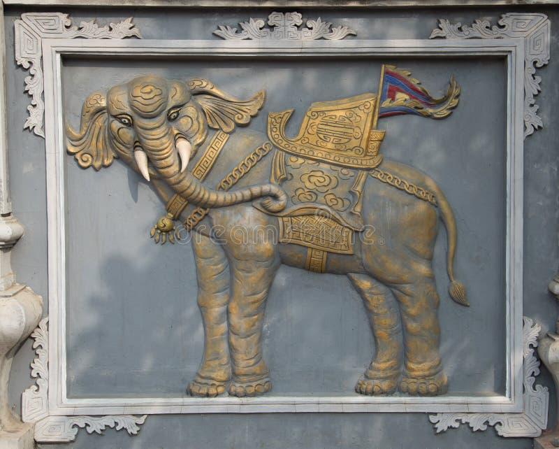 Bas-relevo antigo de um elefante sagrado na entrada ao templo principal da vila da serpente (Le Esteira) imagens de stock royalty free