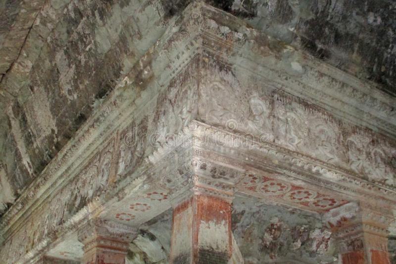 Bas-relevo de Angkor Wat Flower do templo no teto fotos de stock royalty free