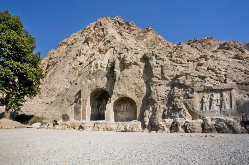 Bas-relevo histórico em arcos antigos de Taq-e Bostan da era do império de Sassanid da Pérsia foto de stock royalty free