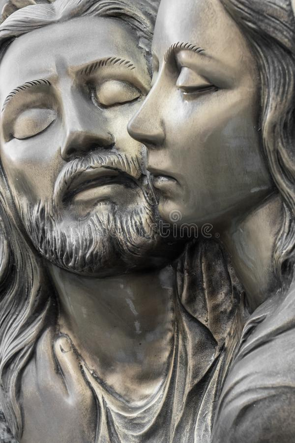 Bas-relevo no bronze que representa a pena de Michelangelo imagens de stock royalty free