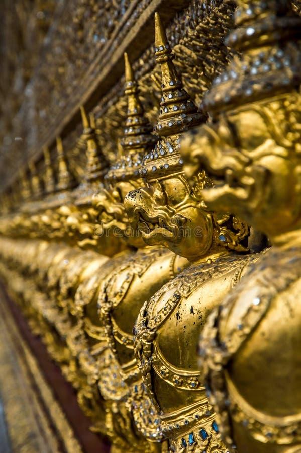 Bas-relevo no palácio grande, Banguecoque fotos de stock