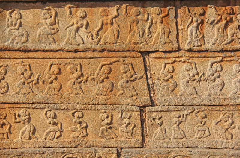 Bas-relevos de pedra nas paredes nos templos Hampi Cinzelando a pedra a fotos de stock royalty free