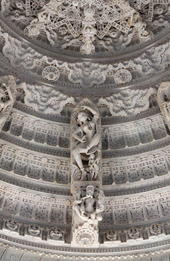 Bas-relief avec la danse Apsara au temple Jain antique c?l?bre de Ranakpur dans l'?tat du R?jasth?n, Inde photos stock
