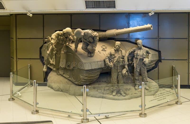 Bas-relief avec un réservoir israélien et des équipages israéliens de réservoir dans le lobby du musée blindé de corps dans Latru photos stock