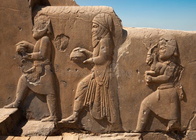 Bas Relief Carvings des honorables et des représentants apportant des cadeaux au roi dans Persepolis image libre de droits