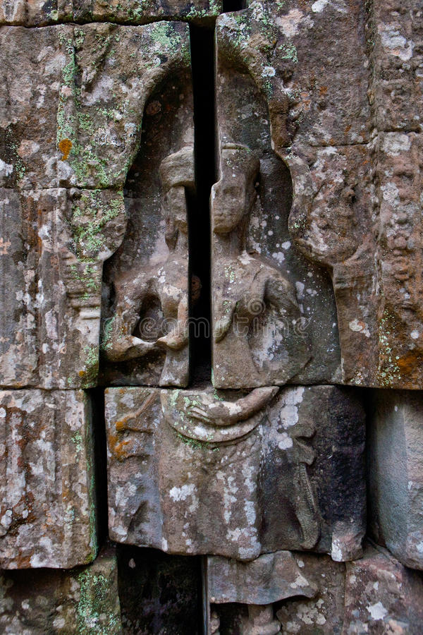 Bas-relief dépeignant des histoires antiques sur les murs des ruines de temple de Phrom de ventres, Angkor Wat Cambodia photo stock