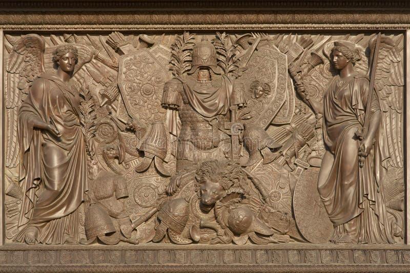 Bas-relief de bronze com figuras foto de stock royalty free
