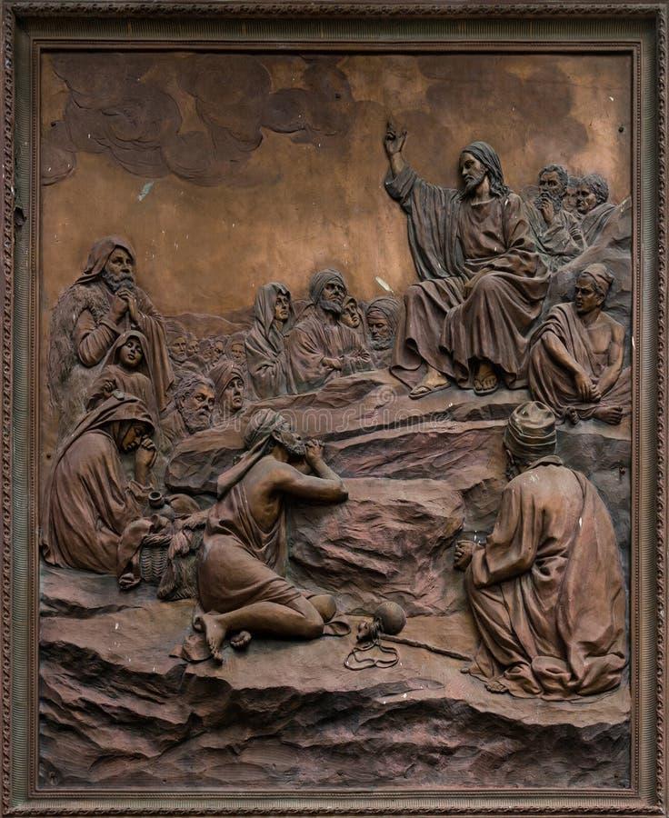 Bas-relief de Jésus prêchant sur le bâti. photographie stock libre de droits
