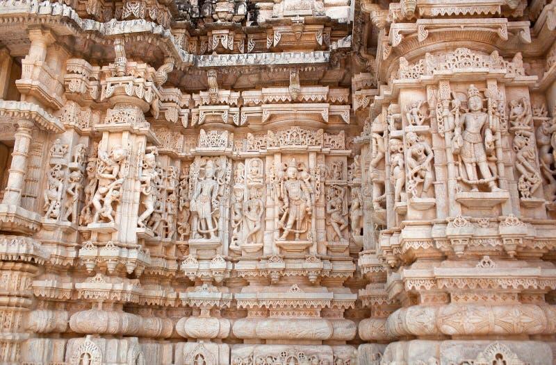 Bas-relief du célèbre temple de Neminath Jain à Ranakpur, État du Rajasthan, Inde photos libres de droits