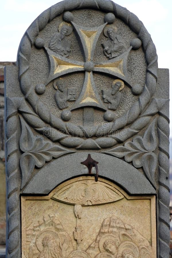 Bas-relief en pierre près de l'église de Saint-Nicolas dans la forteresse de Narikala image libre de droits