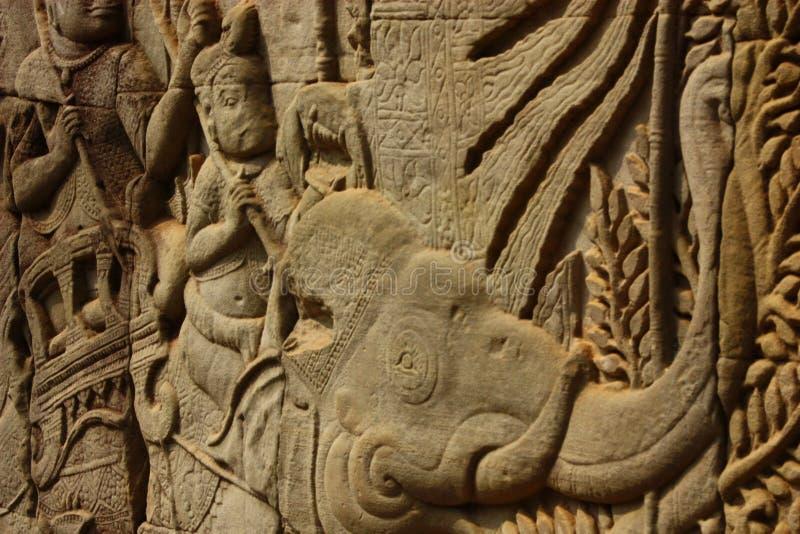 Bas Relief histórico que descreve guerreiros antigos do Khmer na formação e que faz a batalha, Siem Reap imagem de stock