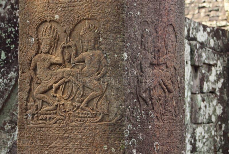 Bas Reliefs d'Apsaras sur des colonnes images libres de droits