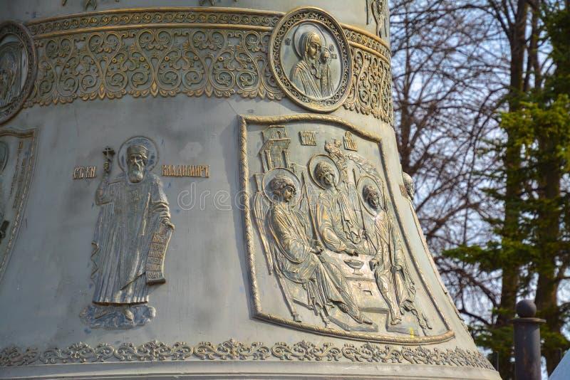 Bas-reliefs des anges et des saints sur une cloche orthodoxe photos stock