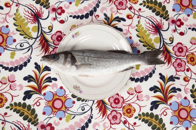 Bas ryba wśrodku kwiatu talerza fotografia stock