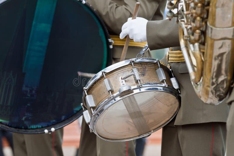 Bas trommel op parade stock afbeeldingen