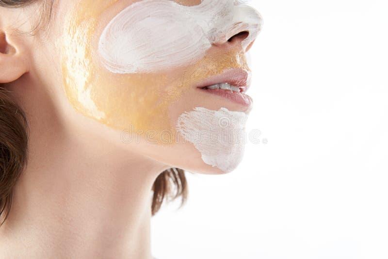 Bas visage de jolie femme avec le masque cosmétique image libre de droits