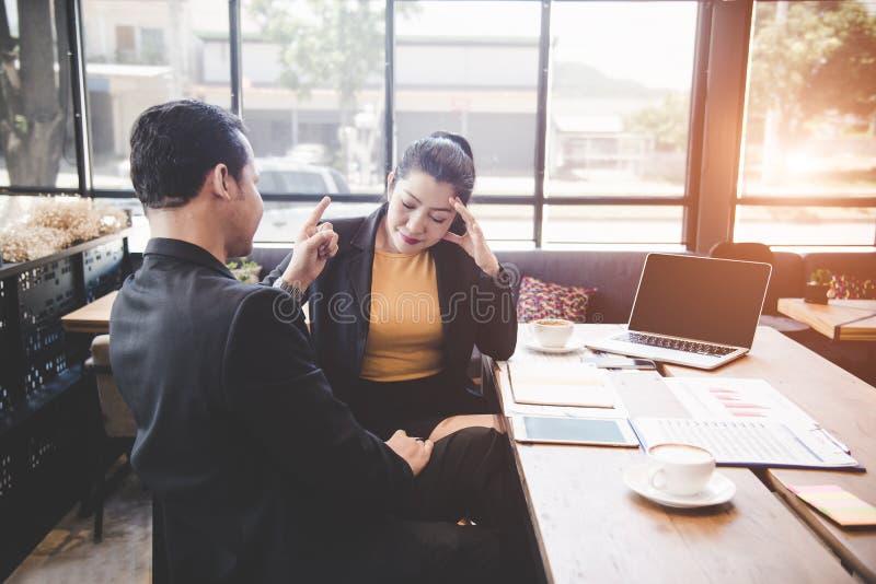 Basa med upptagna granska tidsbeställningar för kvinnasekreterare på boken i coffee shopbakgrunden fotografering för bildbyråer