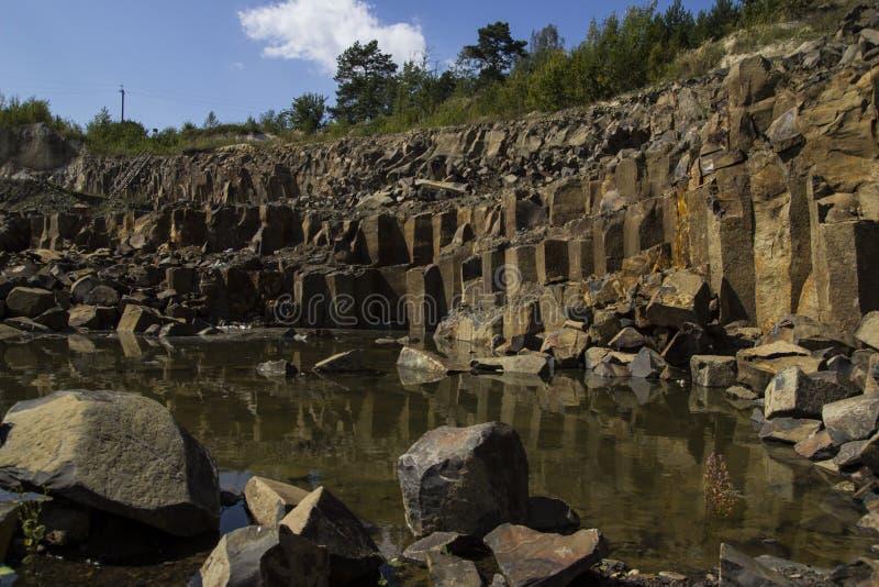 Basalt för byggande Basaltkarriär Basaltpelare Stenutgrävning Tung bransch royaltyfria foton