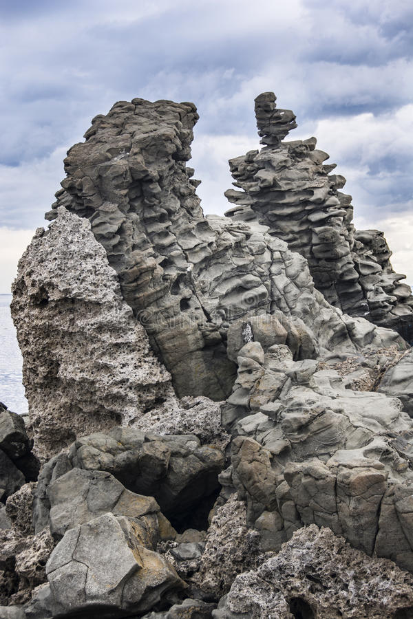 Basalt som är columnar i Acitrezza Sicilien arkivfoton