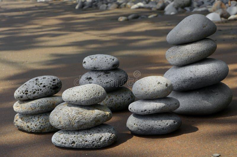 Basalt-Steine auf Strand stockfotos