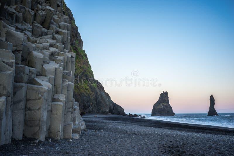 Basalt vid den svarta stranden arkivbilder